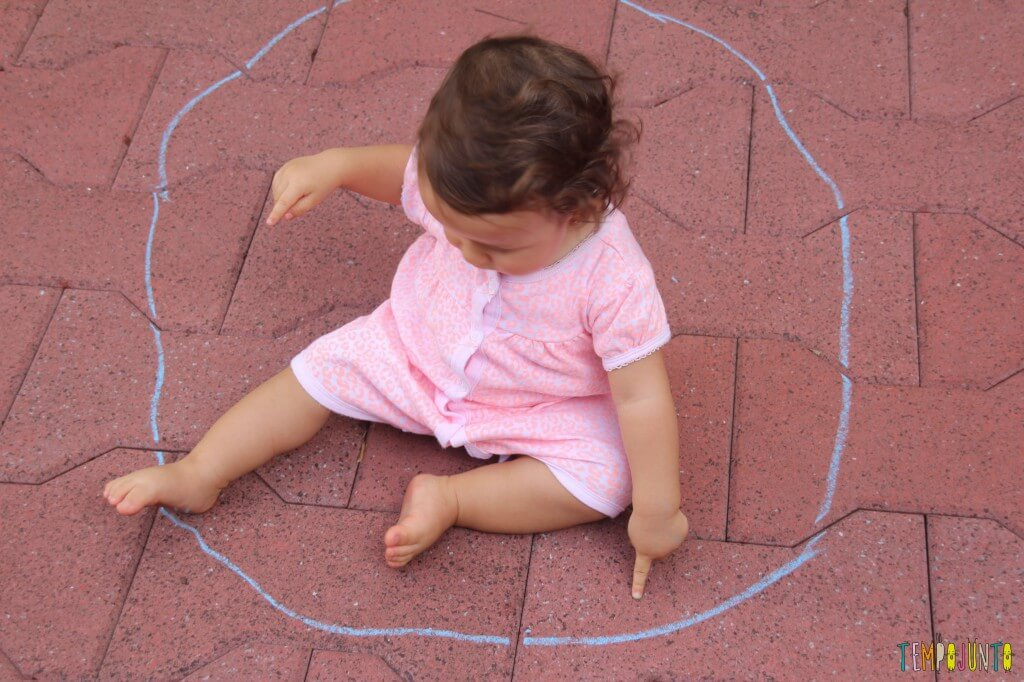 atividade de desenho para bebês - Gabi sentada dentro do circulo
