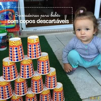 Brincadeira para bebês com copos descartáveis