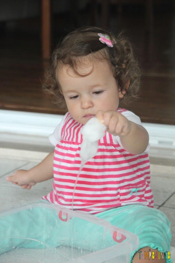 Brincadeira Sensorial com água e algodão para bebês - olhando pra agua