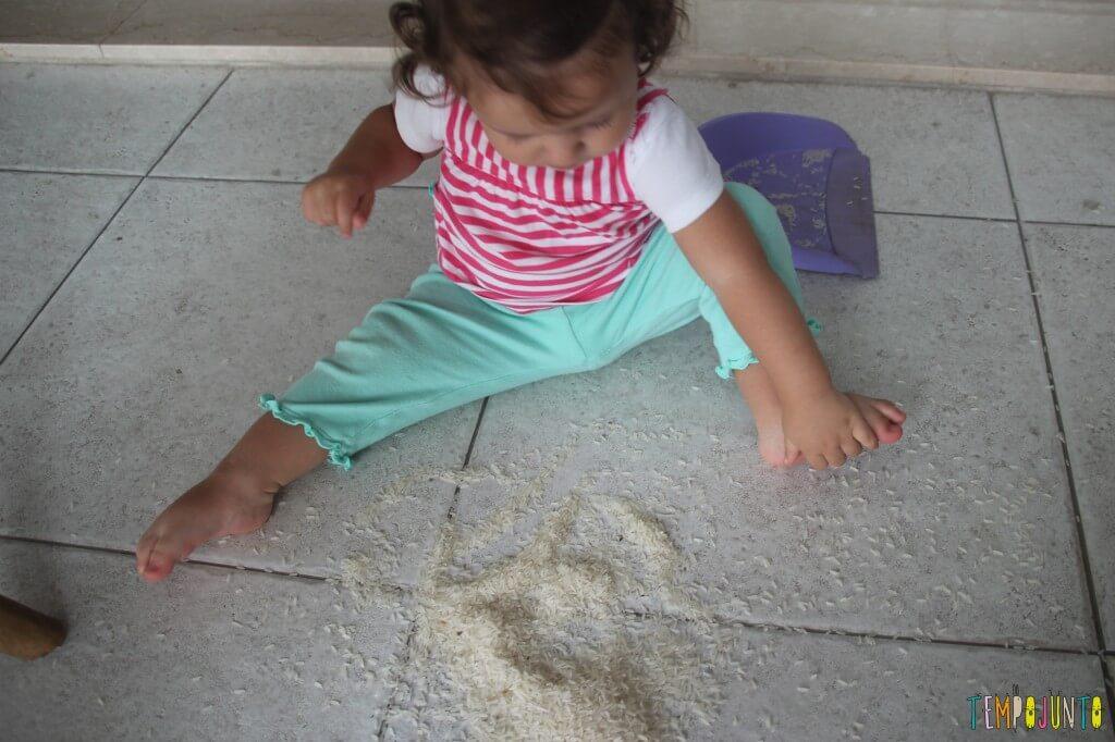 Brincadeira sensorial com arroz para bebês - arroz no pé