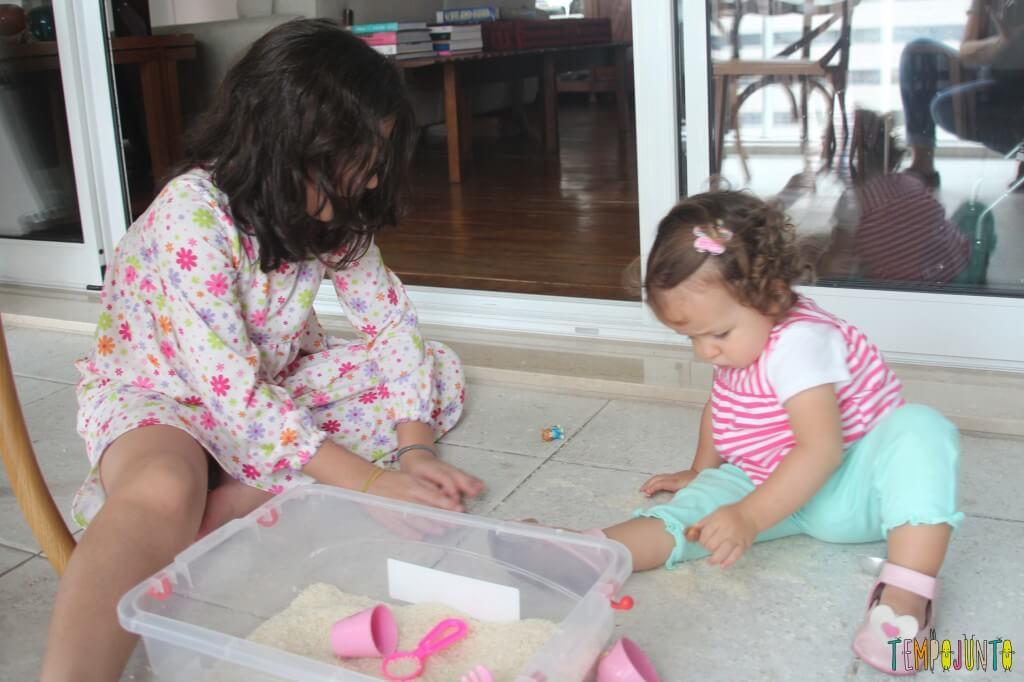 Brincadeira sensorial com arroz para bebês - carol e gabi brincando juntas