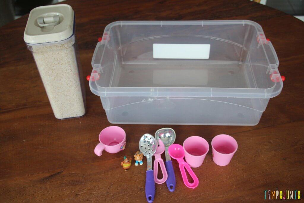 Brincadeira sensorial com arroz para bebês - material