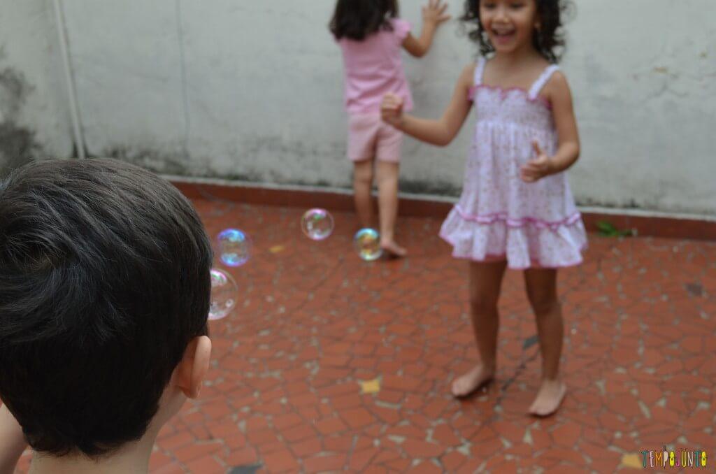 Brincadeiras para irmãos pequenos - bolha de sabão
