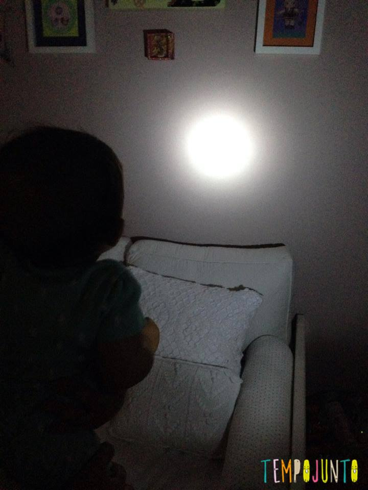 Brincadeiras para irmãos pequenos - lanterna