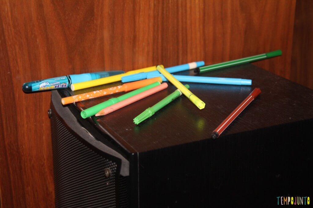 O brincar livre de um bebê - canetas na caixa de som
