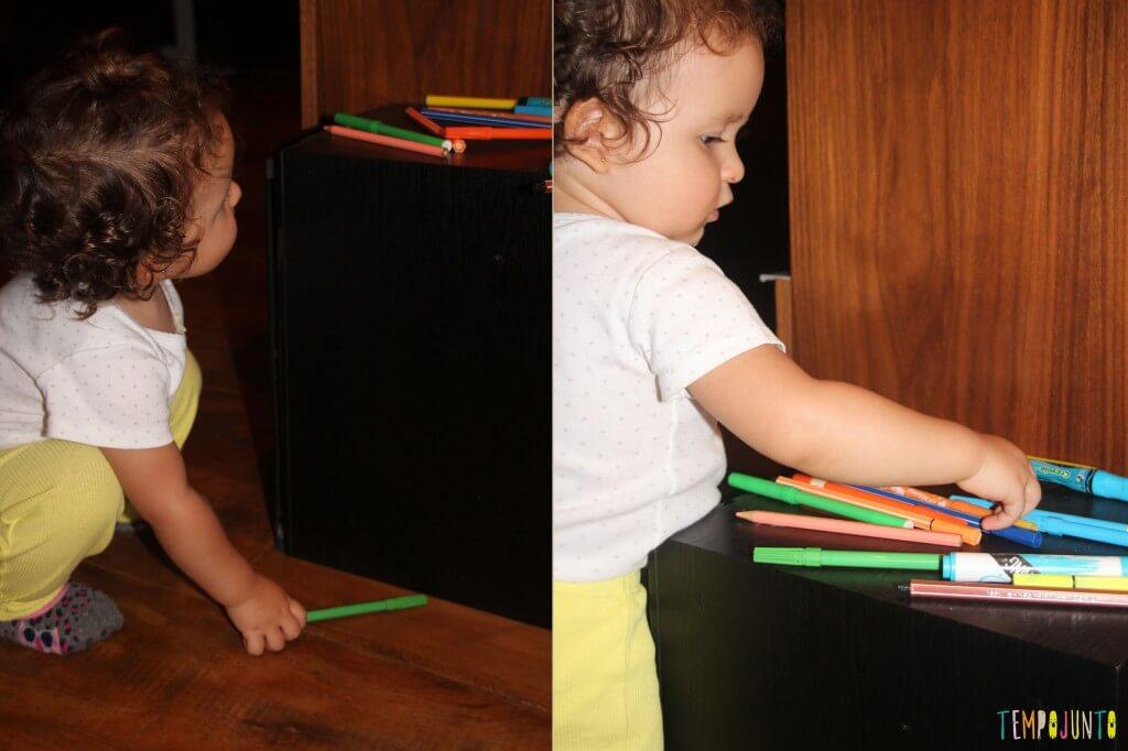 O brincar livre de um bebê - canetinhas