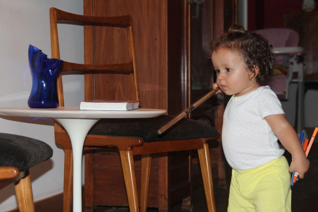 O brincar livre de um bebê - gabi batucando na cadeira