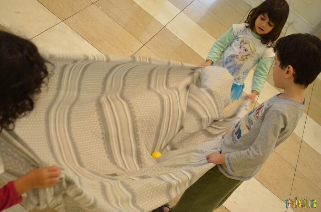 3 brincadeiras ao ar livre com lençol e bolas e peixinhos - bolinha no lençol