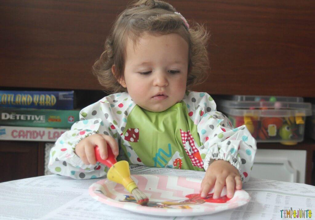 Brincadeira com pincel e tinta para bebês - Gabi colocando o dedo