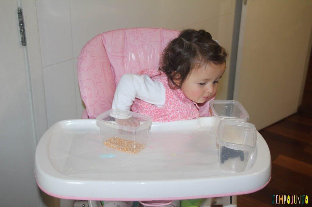 Brincadeira sensorial com grãos e papel contact - Gabriela