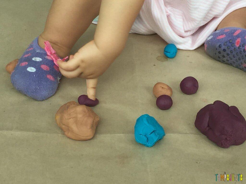 Brincadeira sensorial com massinha caseira - dedo da gabi