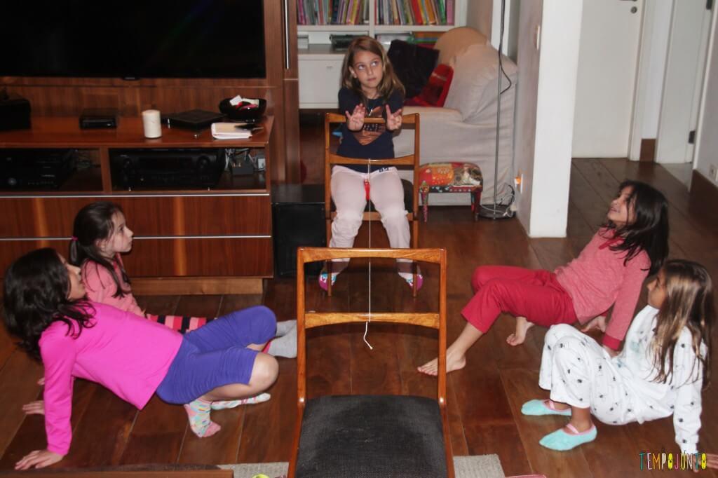 brincadeiras para quando os amigos dos filhos vêm brincar - brincando na sala
