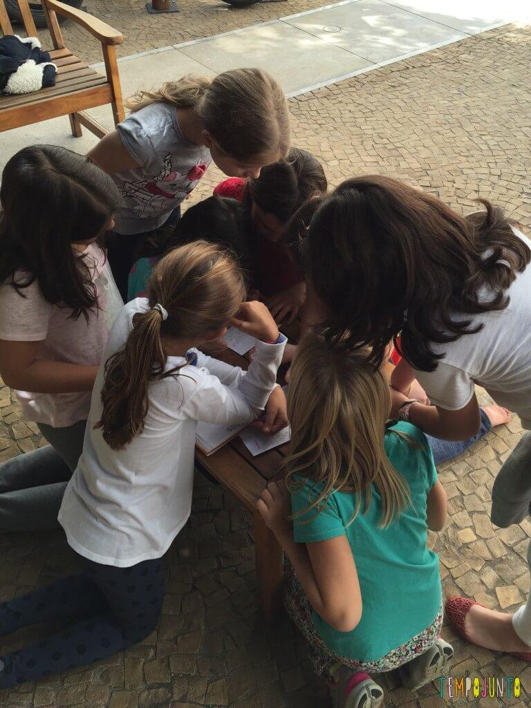 brincadeiras para quando os amigos dos filhos vêm brincar - crianças ao redor da mesa