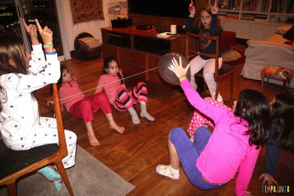 brincadeiras para quando os amigos dos filhos vêm brincar - futvolei na sala