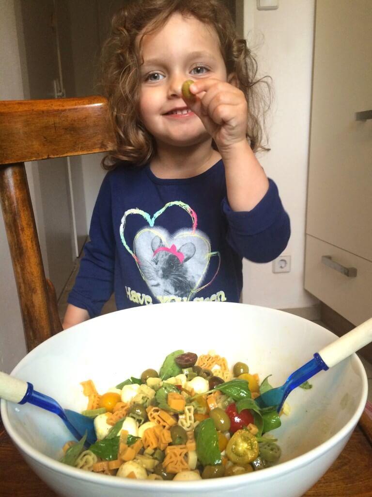brincando com salada - lily provando