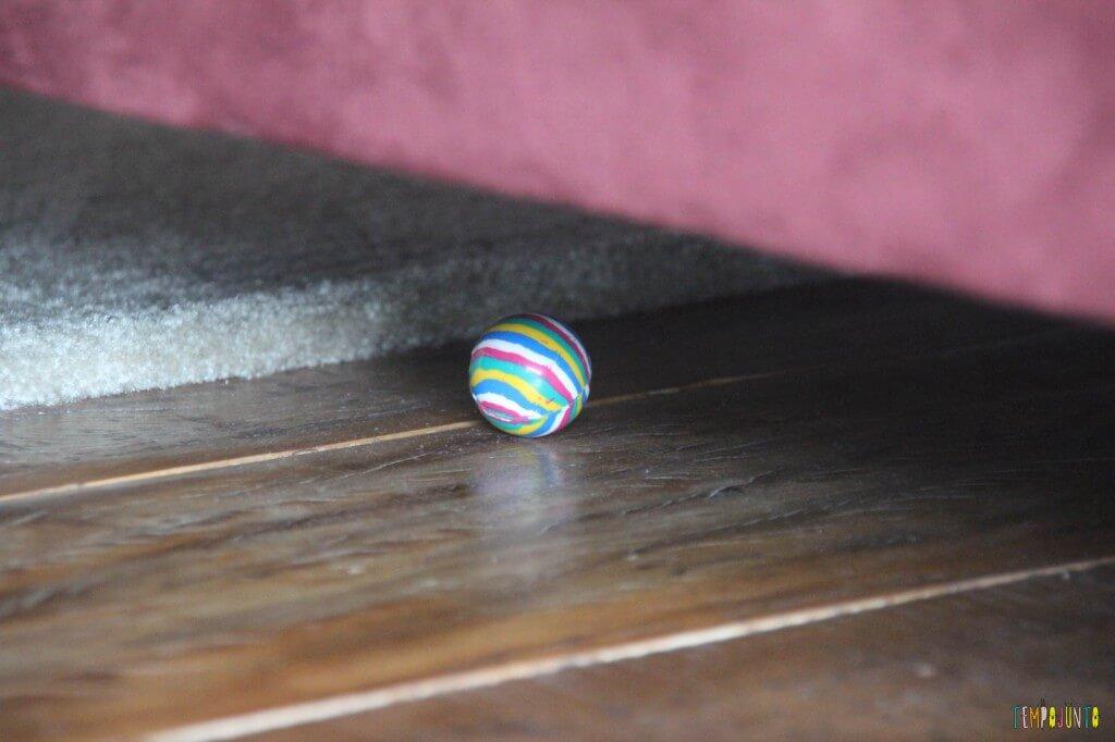 Jogo para bebês - cadê a bolinha - bolinha embaixo do sofá