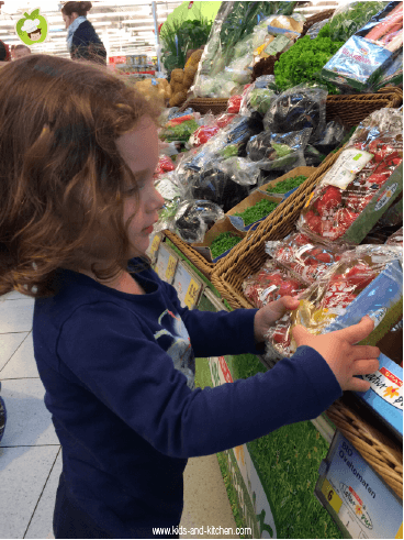 Criança na cozinha: comprando, provando e brincando com os alimentos - saladas