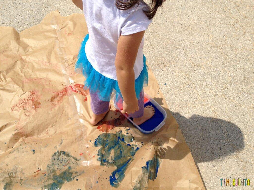 Vamos colocar os pés para pintar com tinta de dedo - larissa pintando com pé
