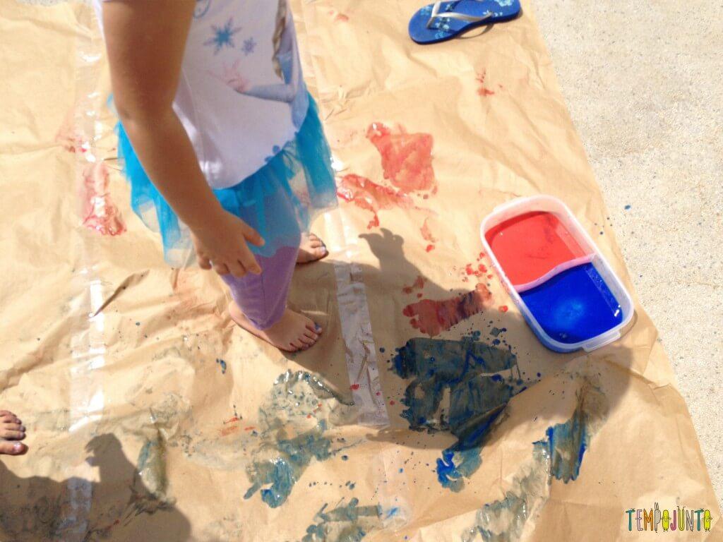 Vamos colocar os pés para pintar com tinta de dedo - pintando o chao