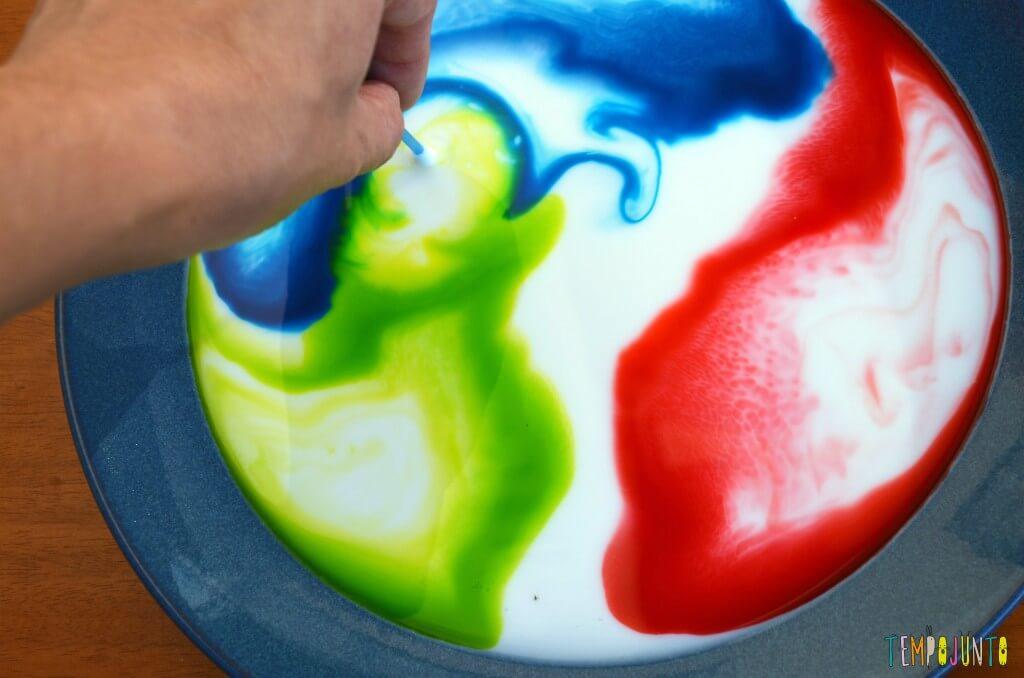 Brincadeiras mágicas com as tintas dançantes - mexer na tinta