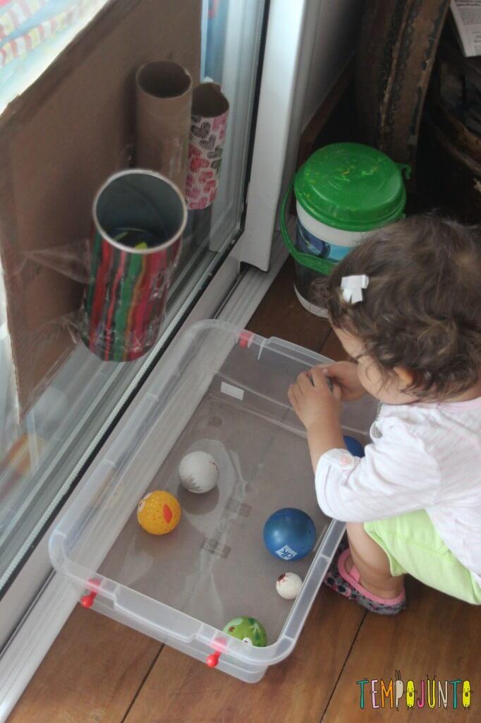 Brinquedo caseiro para bebês de 12 a 18 meses - Gabi analisando as bolas
