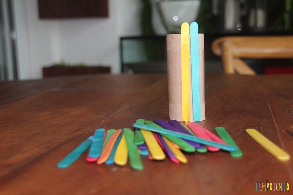 Brinquedo feito em casa para bebês - dois palitos
