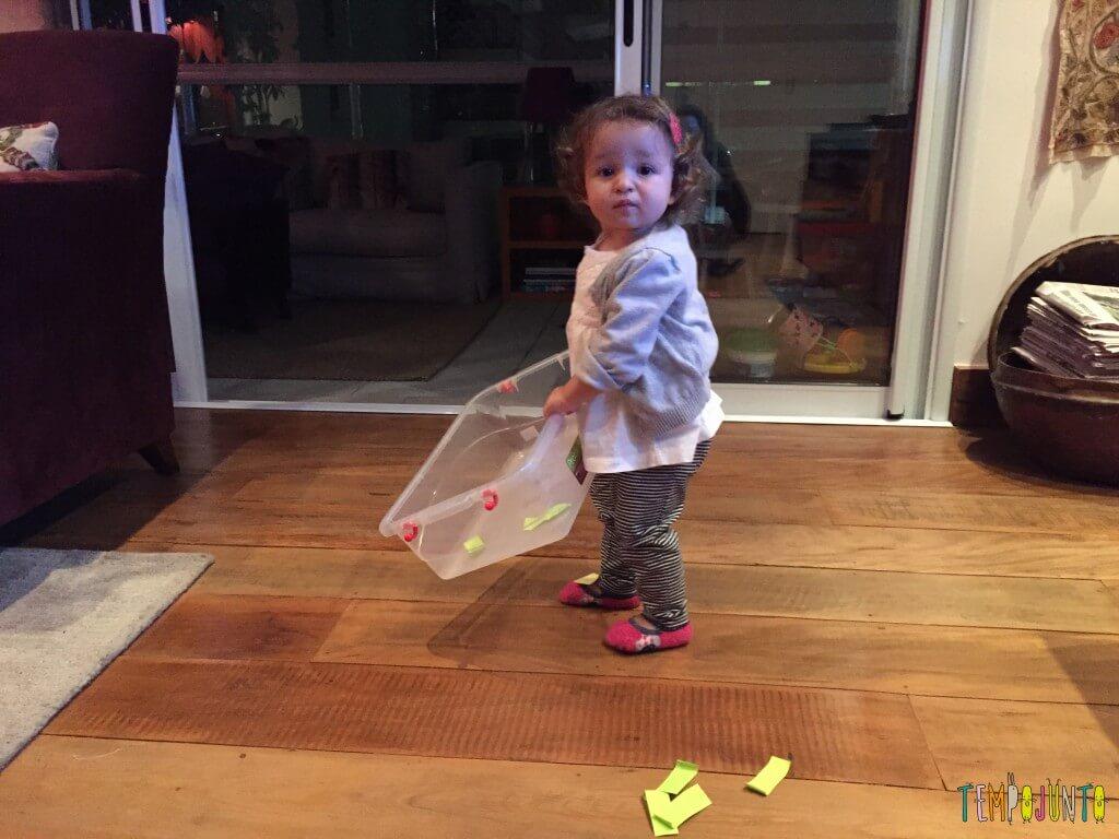 Como criar brincadeiras para bebês com materiais simples - gabi carrega a caixa com post it