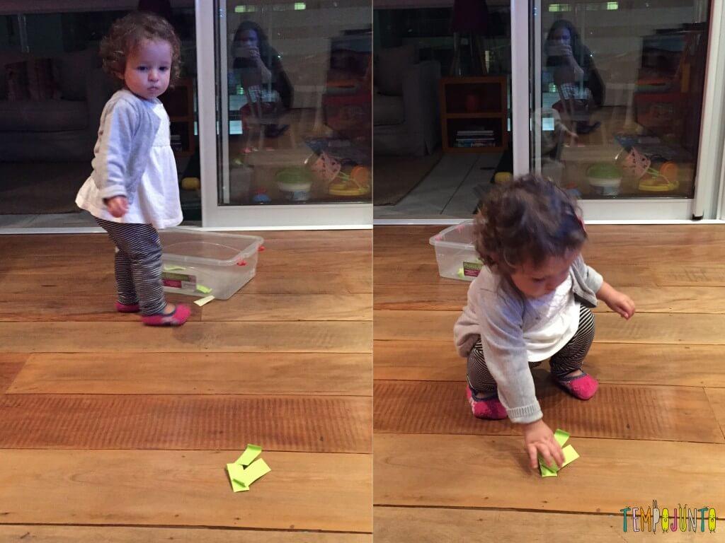 Como criar brincadeiras para bebês com materiais simples - Gabi olha a caixa e pega o post it