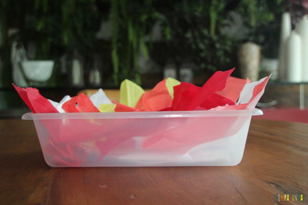Descoberta sensorial com caixa de papel de seda