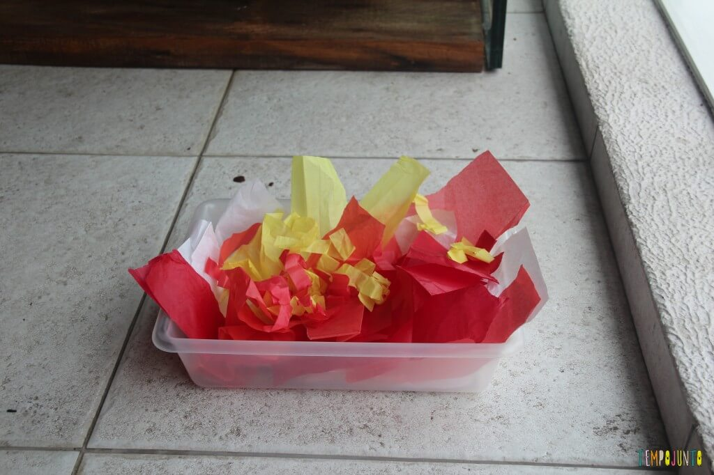 Descoberta sensorial com papel de seda - caixa de papel no chão