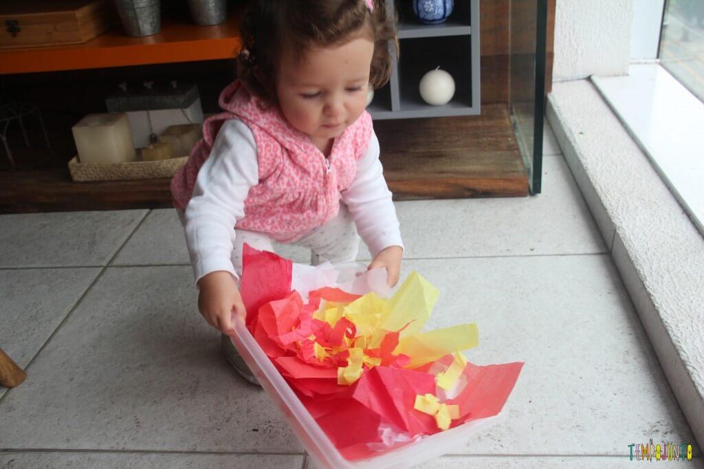 Descoberta sensorial com papel de seda - gabi com caixa de papel de seda