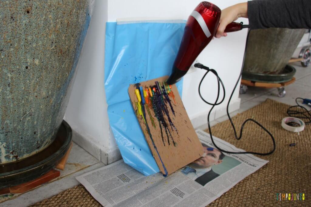 Arte com giz derretido - proteção para a arte com jornal e plastico