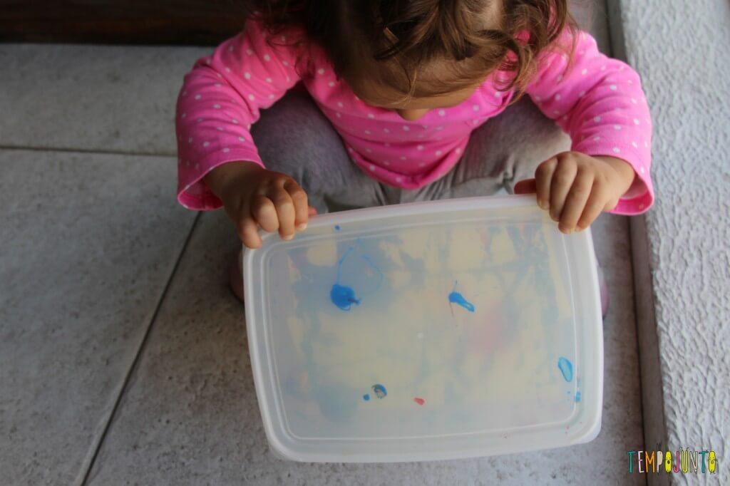 Arte para bebês - como fazer meu primeiro mestre da história da arte - Gabi olhando pra caixa