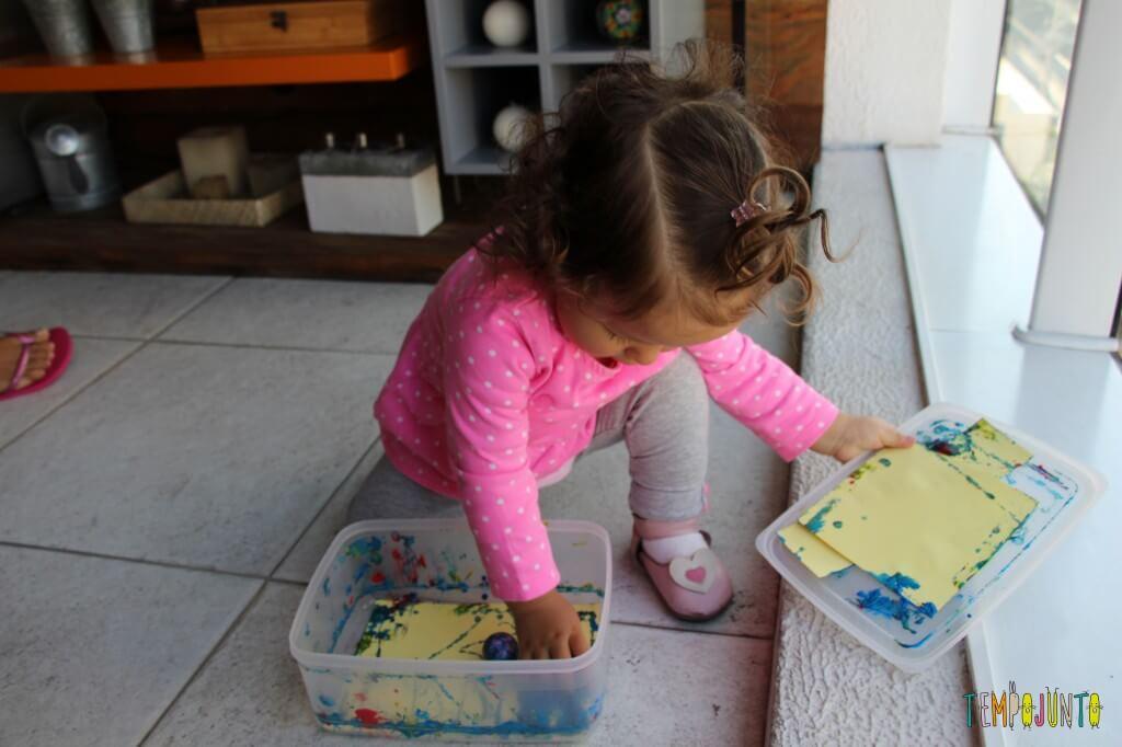 Arte para bebês - como fazer meu primeiro mestre da história da arte - Gabi pegando a bolinha