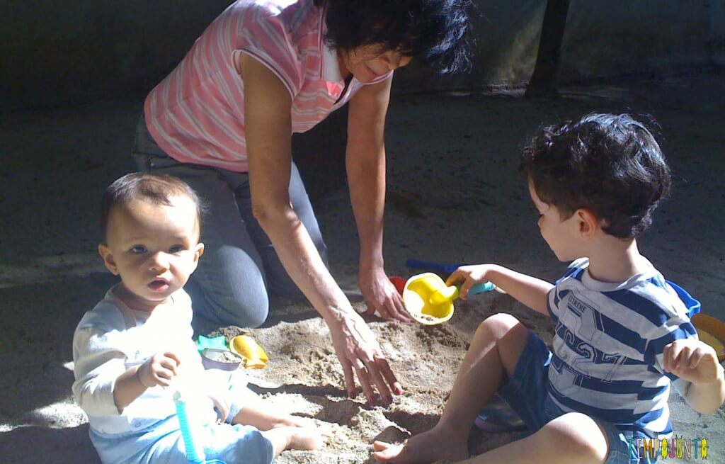 Brincar na areia é diversão para qualquer idade - crianças brincando na areia