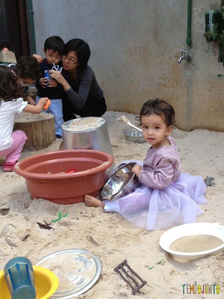 Brincar na areia é diversão para qualquer idade - sofia pequena na areia