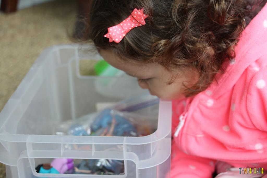 Como divertir o bebê com brinquedos de 1,99 - gabi curiosa com brinquedos