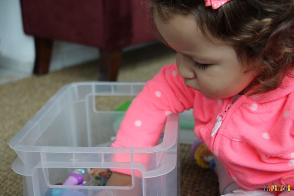 Como divertir o bebê com brinquedos de 1,99 - pegando os saquinhos