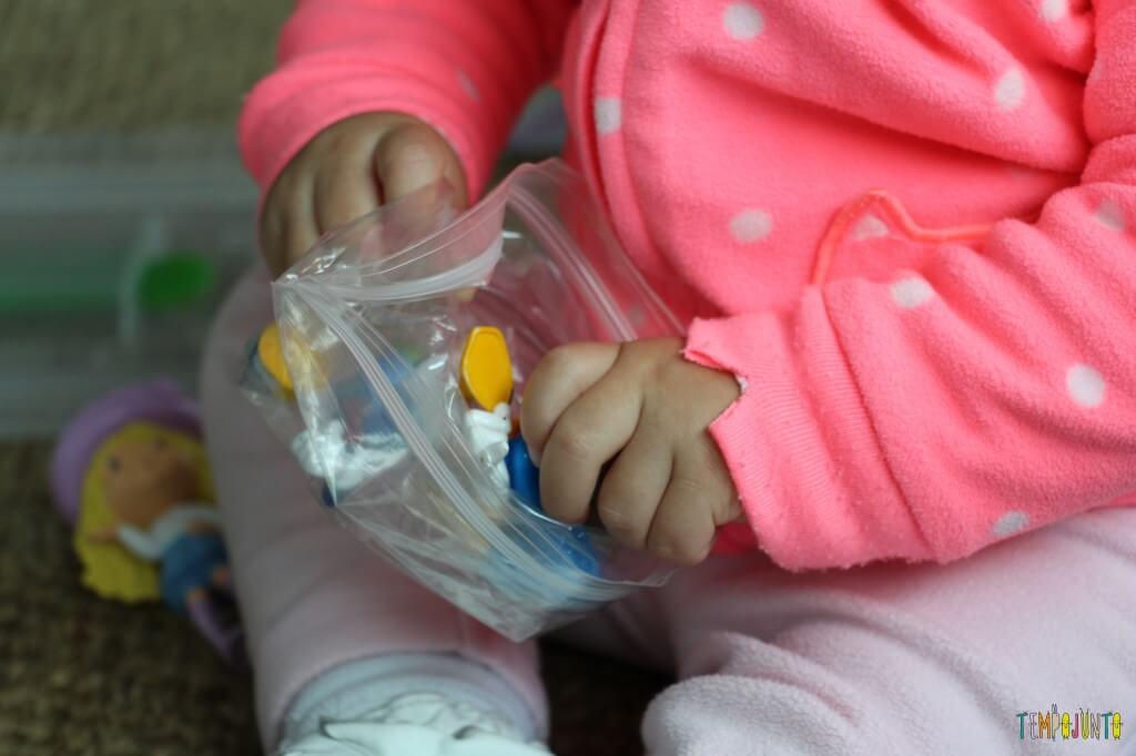 Como divertir o bebê com brinquedos de 1,99 - sacudindo os brinquedos