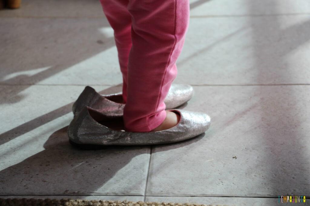 Estímulo para o bebê - encontre o par - pé da gabi no sapato