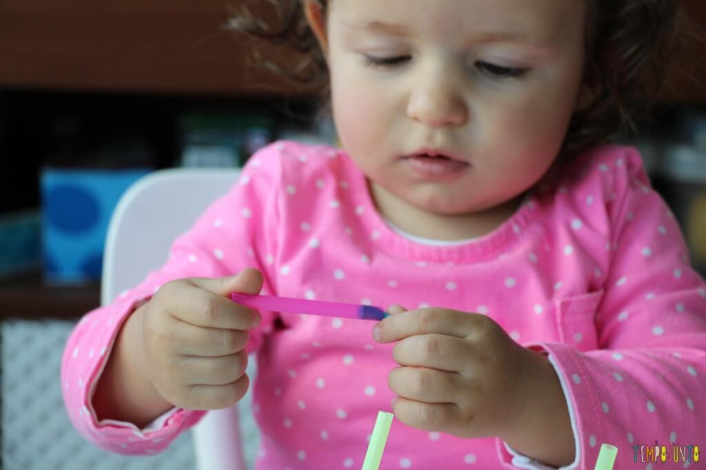 Massinha e canudos para brincar com seu bebê - concentração