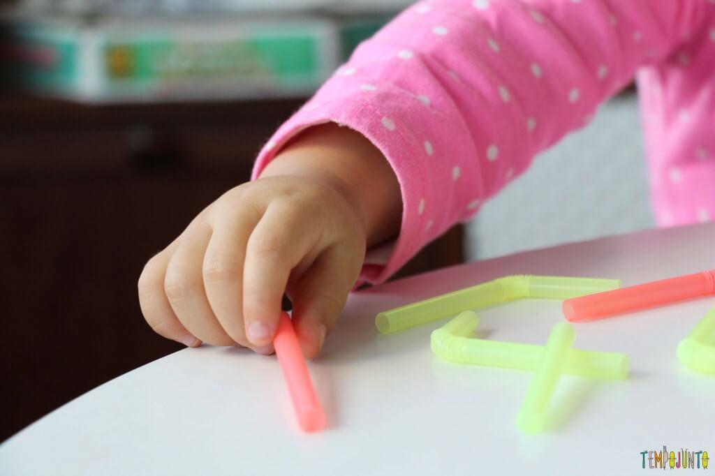 Massinha e canudos para brincar com seu bebê - pinça