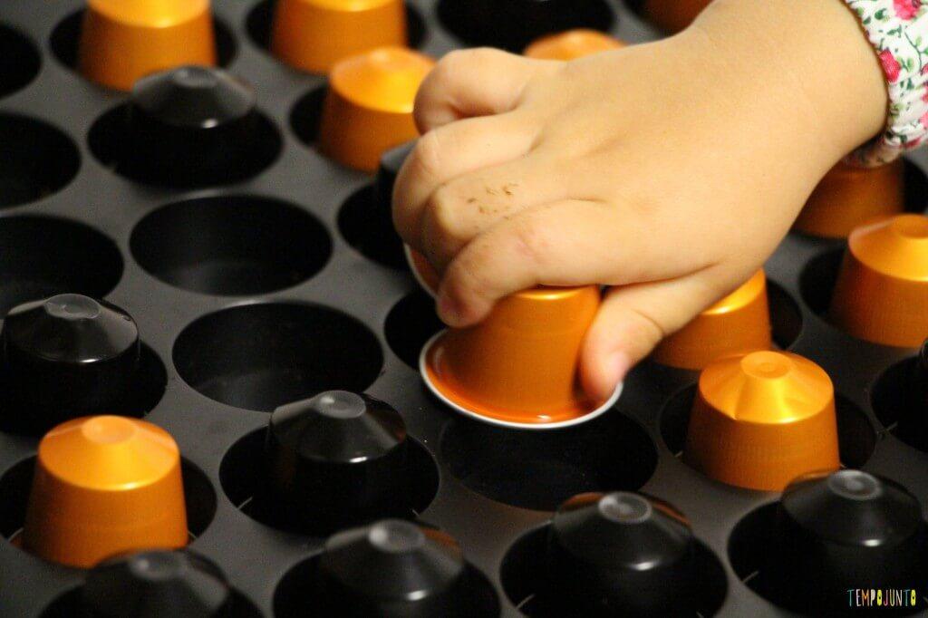 O que você pode transformar em brinquedo - encaixando em espaço vazio duas capsulas