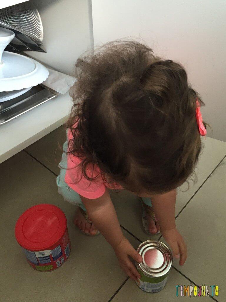 Atividade com latas da despensa para bebês - exercicio de agacha e levanta