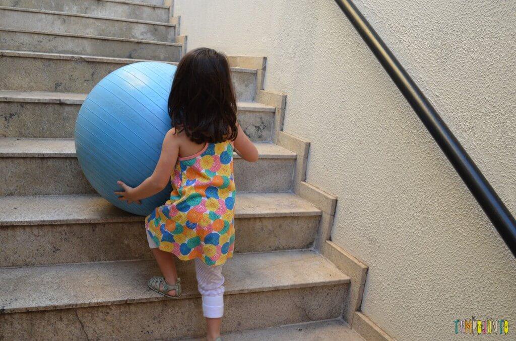 Brincadeira de circuito para as crianças - larissa levando a bola pela escada