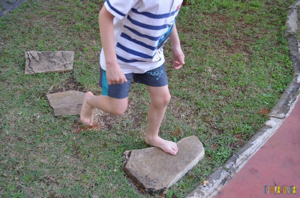 Brincadeira de circuito para as crianças - pulando nas pedras