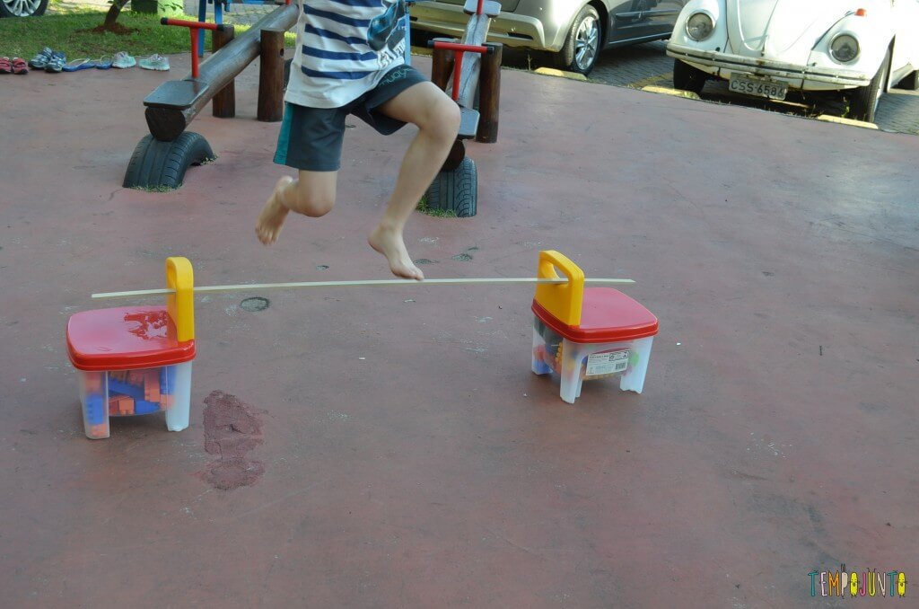 Brincadeira de circuito para as crianças - pulando o obstaculo