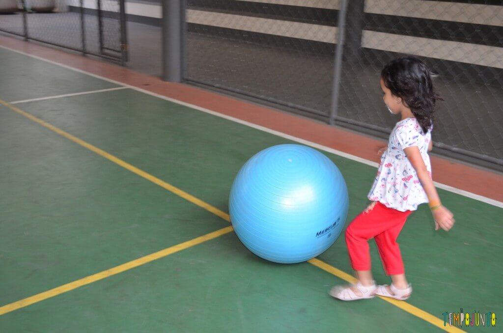Brincadeira de circuito para as crianças - usando a bola para a diversão