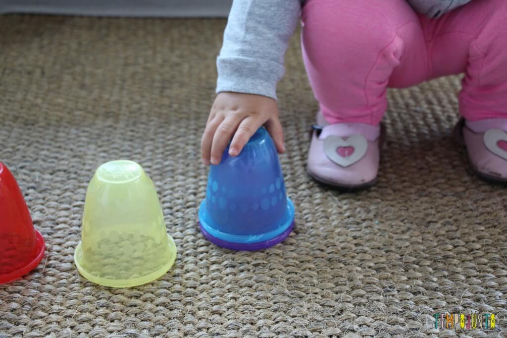 Brincadeira rapidinha com o seu bebê - doi copos empilhados