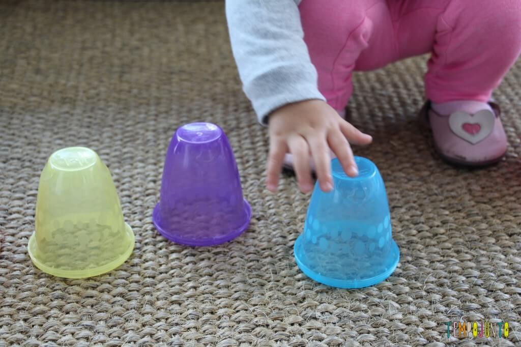 Brincadeira rapidinha com o seu bebê - Gabi empilhando copos
